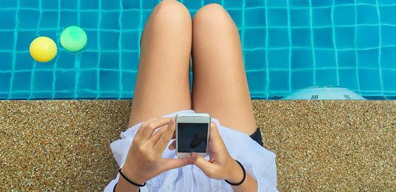 Vrouw aan zwembad-geclaimdespullen-particulier